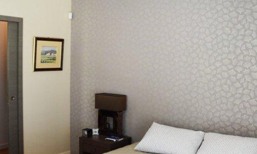 Dans une autre chambre, ambiance japonisante avec le papier peint Gingko, CASAMANCE. Papier peint, ref. 7397 02 23, Gingko, Portfolio, CASAMANCE.