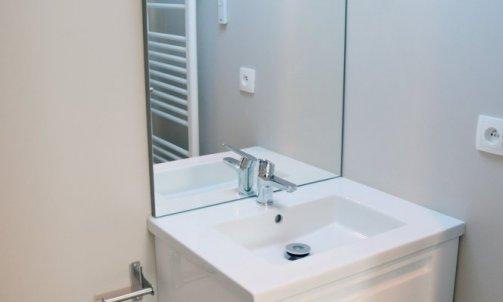 Optimisation optimale de la petite salle de bain attenante.