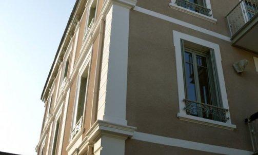 Entièrement rénovée, la façade s'affirme et met en valeur l'architecture du bâtiment.