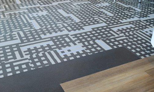 3 revêtements de sols : ARTEPY, collection Arkit, ref. Natte Grey / OBJECTFLOOR, collection Expona Commercial, ref. Honey Hash 4022 / OBJECTFLOOR, collection Expona Design, ref. Flow Effect 9842