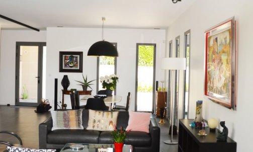 Peints en blanc, les murs mettent en valeur les ouvertures, devenant ainsi de véritables tableaux et permettent de conserver la luminosité de la pièce. Peinture : Blanc Verbier CH1 0021, nuancier CHROMATIC / SEIGNEURIE)