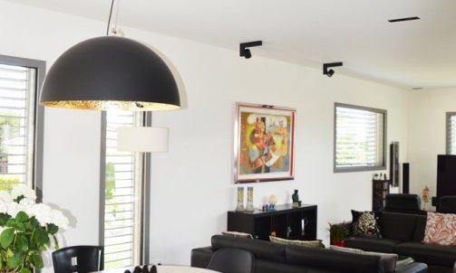 Peints en blanc, les murs mettent en valeur les ouvertures, devenant ainsi de véritables tableaux et permettent de conserver la luminosité de la pièce. Peinture : Blanc Verbier CH1 0021 nuancier CHROMATIC / SEIGNEURIE)
