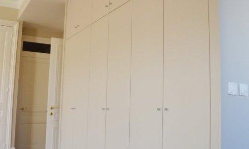 Dans la partie entrée, un placard toute hauteur et sur-mesure fait office de vestiaire et permet de créer de précieux rangements.
