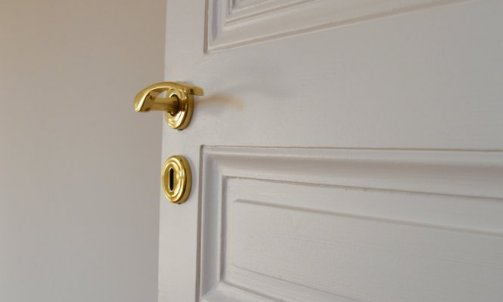 Détail d'architecture, les poignées de porte dorées.