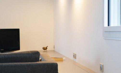 Réalisé sur-mesure, le banc sert de fil conducteur dans l'aménagement de la pièce.