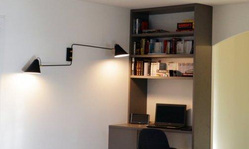 Le module se déploie en hauteur pour définir l'espace bureau d'appoint et bibliothèque.