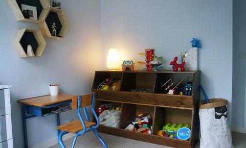 La deuxième chambre d'enfant est elle peinte en Bleu Ko CH1 0117 (Seigneurie), un bleu pastel qui donne une ambiance très douce.