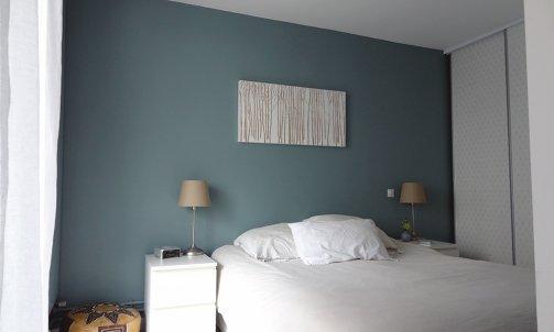 Dans la chambre parentale, le mur faisant office de tête de lit a été peint en Oval Room Blue (Farrow&Ball).
