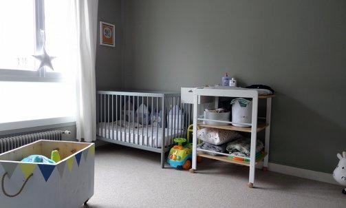 Les murs de la première chambre d'enfant sont peints en Vert Bourrache CH1 0967 (Seigneurie) pour un rendu à la fois apaisant et élégant.
