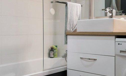 Sol PVC imitation carreau de ciment et murs repeints en Gris Lubeck CH1 1098 (Seigneurie) pour l'espace salle de bain.