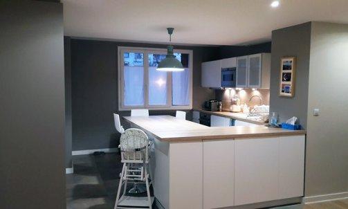 La cuisine repeinte en Brun Durango CH1 1003 (Seigneurie) en accord avec les nouveaux meubles.