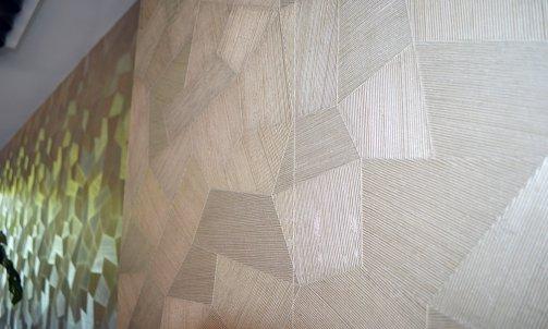 Le papier peint s'anime en fonction des lumières pour offrir un superbe jeu de textures.