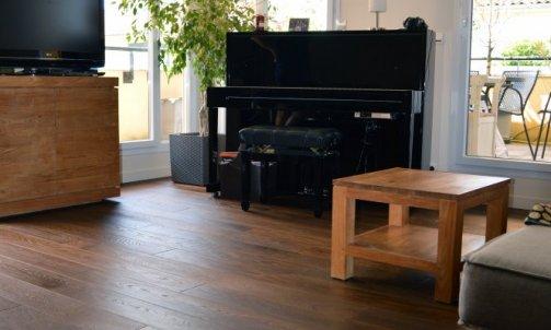 Sur l'ensemble de l'appartement, un parquet contrecollé chêne fumé à coeur fourni par notre partenaire Alliance Bois vient réchauffer l'ambiance générale.