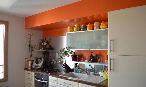 Afin de mettre en valeur les éléments existants, ces derniers sont encadrés d'un ton orangé vif, Orange Bigarade SE 1666 (Seigneurie).