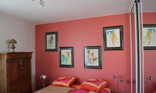 Dans une atmosphère plus douce, une des chambre s'habille d'un Rouge Mercurey CH1 0706 (Seigneurie).