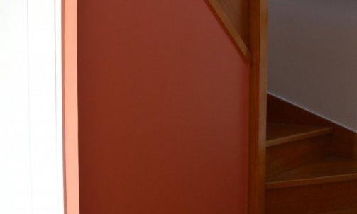 L'escalier est traité comme un véritable espace de transition entre la zone jour et la zone nuit.