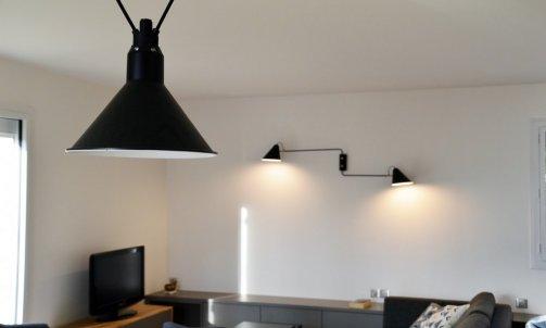 Point clé de la décoration, les luminaires structurent les volumes en définissant des fonctions. Applique murale double, Club, HOUSE DOCTOR / Suspensions Acrobates, DCW EDITIONS.